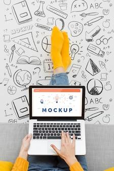 Крупным планом женщина работает на ноутбуке