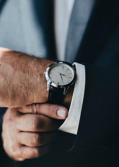 고급 남성용 시계의 근접 촬영