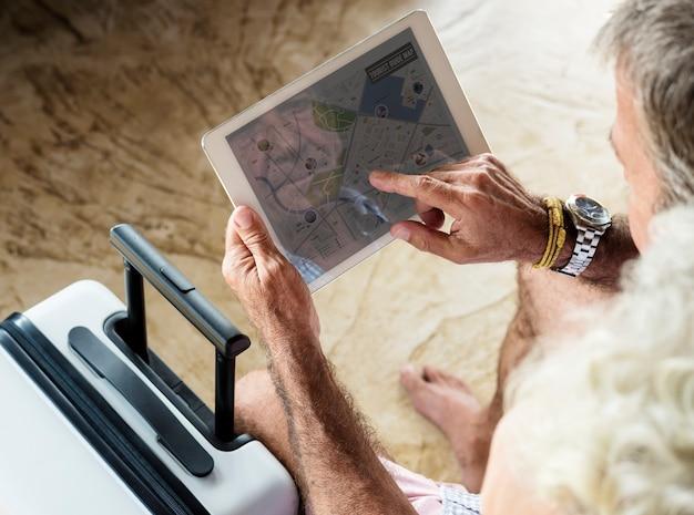 Макрофотография старший человек с помощью планшета
