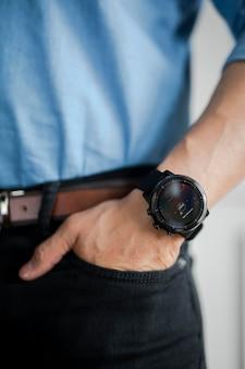 남자의 손목 모형에 스마트 워치의 근접 촬영