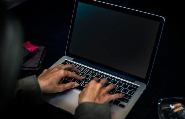컴퓨터 키보드에서 작업하는 손의 근접 촬영
