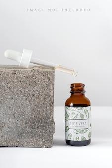 Эссенция сыворотки крупным планом в стеклянной бутылке макета на фоне стенда