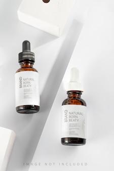 Эссенция сыворотки крупным планом в стеклянной бутылке макета на фоне белой подставки изолированное масло для ухода за кожей