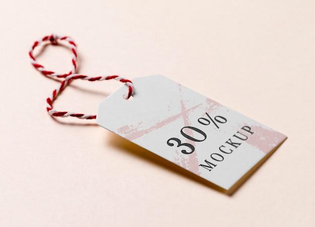 Макет бирки одежды с красно-белой лентой