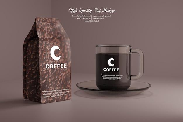 コーヒーとクリアマグのリアルなモックアップ