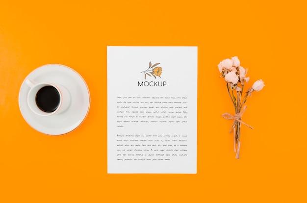 コーヒーと花の植物モックアップ