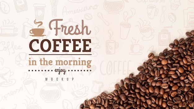 机の上のコーヒー豆