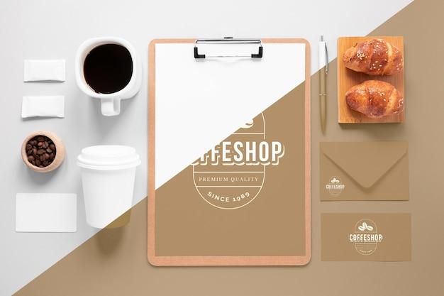 Disposizione degli elementi di branding del caffè sopra la vista