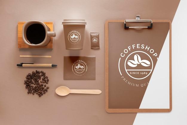 Assortimento di articoli per il branding del caffè sopra la vista