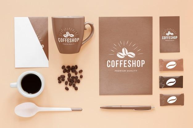 Вид сверху элементов брендинга кофе
