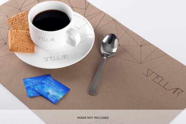 コーヒーカップとランチョンマットのモックアップ