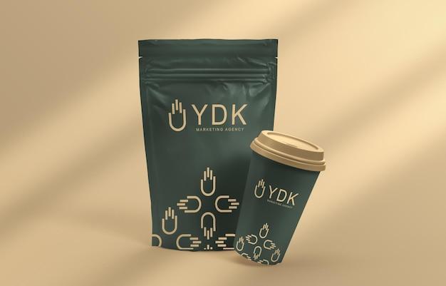 コーヒーカップとポーチのパッケージのモックアップ