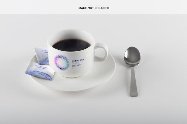 Мокап кофейной чашки и сахарных пакетов
