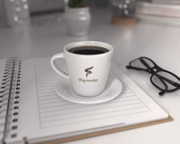 ブロックノート付きのコーヒーカップモックアップ