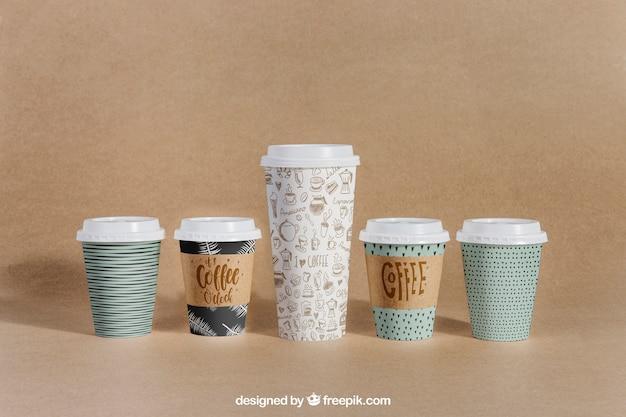 異なるサイズの5つのカップを備えたコーヒーモックアップ