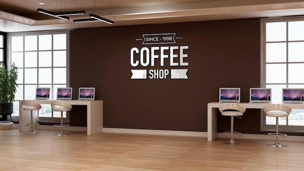 ワークスペースをテーマにしたラップトップデスクとカフェの壁の看板のコーヒーショップのロゴのモックアップ