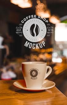 カップ付きコーヒーショップのモックアップ