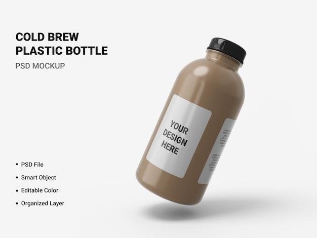 Макет пластиковой бутылки холодного пива изолирован