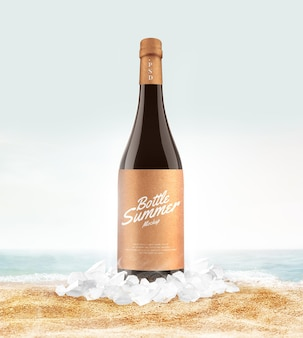 Холодная стеклянная бутылка на макете пляжа