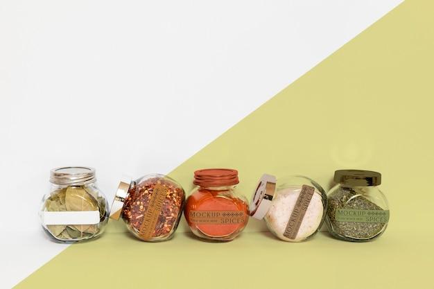 향신료와 라벨 항아리의 컬렉션