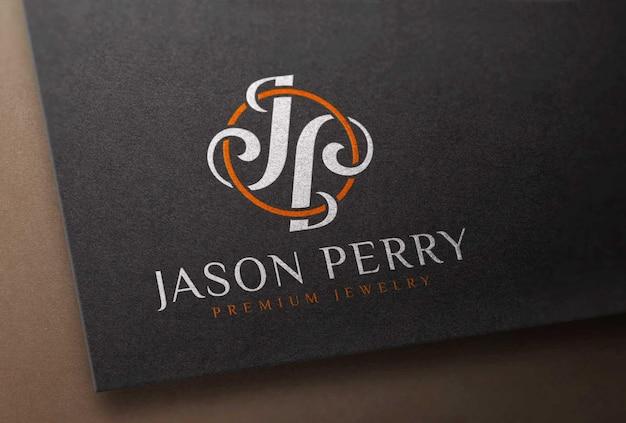 Мокап с цветным логотипом, напечатанный на черной бумажной карточке