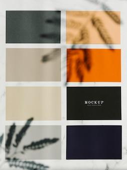 Цветные квадратные макетные образцы на мраморном столе