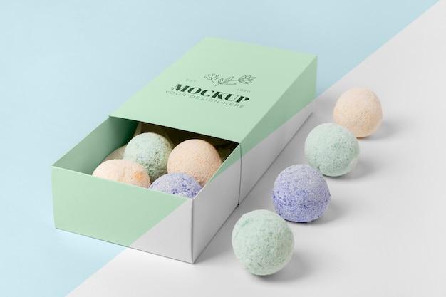 상자에 다채로운 목욕 폭탄 배열