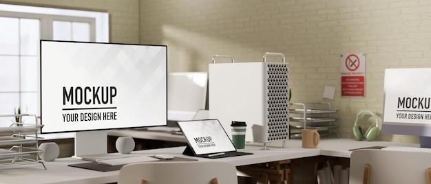 コンピューターとラップトップのモックアップを備えた快適な職場
