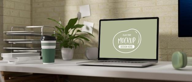 ノートパソコンのモックアップを備えた快適なワークスペース