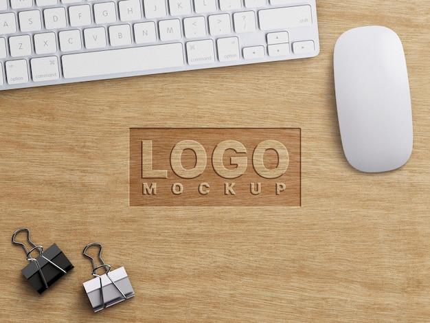 木やオフィスの固定器具の装飾に刻まれた会社のビジネスロゴのモックアップ作業の概念