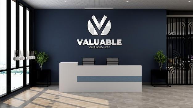 Макет логотипа компании на стойке регистрации офиса или в приемной