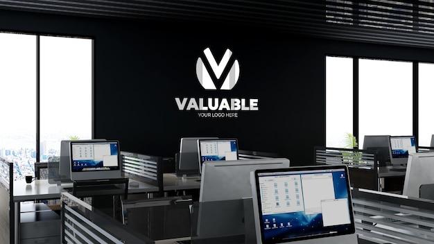 Макет логотипа компании в офисе на рабочем месте или в рабочем пространстве