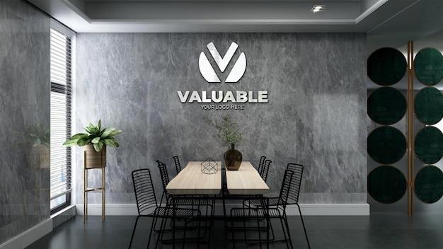 Макет логотипа компании в роскошном офисном конференц-зале с каменной стеной