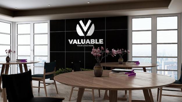 사무실 주방 벽에 있는 회사 로고 모형