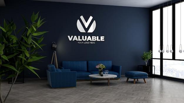 파란색 소파가 있는 사무실 로비 대기실의 회사 벽 로고 모형