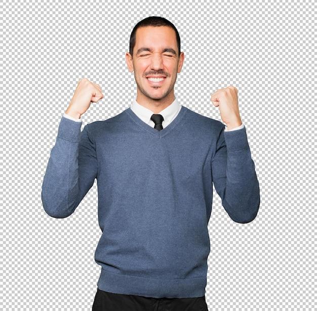お祝いのジェスチャーをする競争力のある若い男