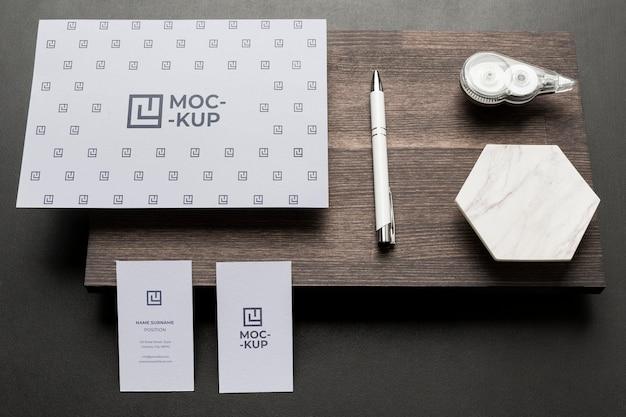 Composizione di cancelleria mock-up su legno