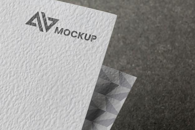 カード上のブランディングモックアップの構成