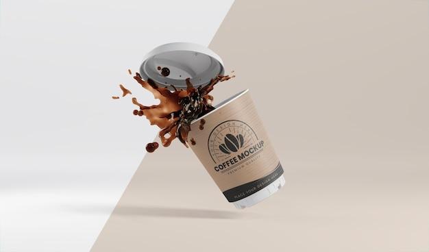Композиция из бумажной кофейной чашки с кофейным всплеском