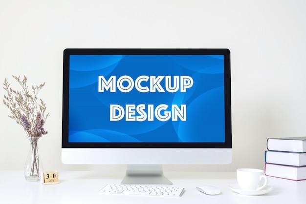 Дисплей компьютера для модель-макета на белом столе на офисе.