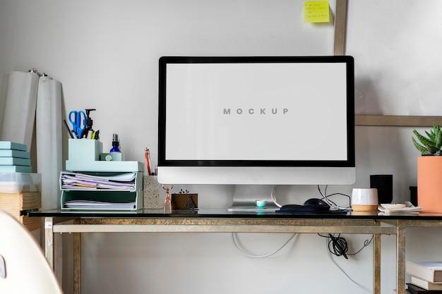 居間のコンピュータのラップトップ画面のモックアップ