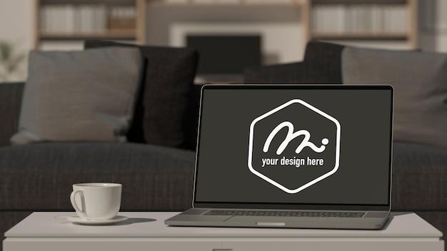 リビング ルームのコーヒー テーブルにモックアップ画面を備えたコンピューター ラップトップ