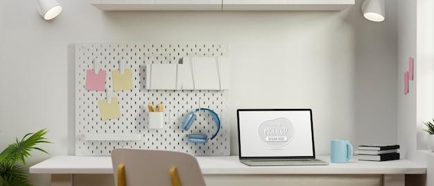 Экран макета компьютера на белом столе с канцелярскими принадлежностями