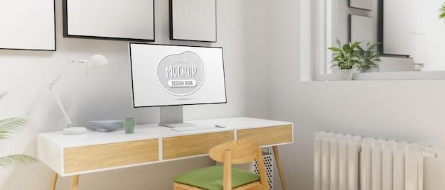 최소한의 홈 오피스 공간의 책상에 모형 화면이있는 컴퓨터 모니터