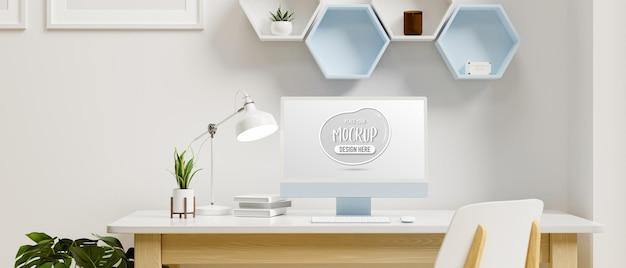 책상에 모형 스크린이있는 컴퓨터 모니터