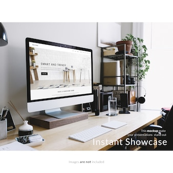 사무실 바탕 화면에 컴퓨터를 모의
