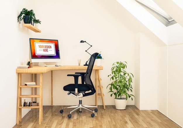 屋根裏部屋のオフィスでのコンピューター画面のモックアップ