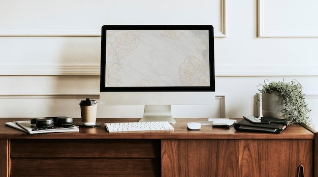 나무 책상에 컴퓨터 화면 모형