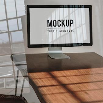 나무 테이블에 컴퓨터 화면 모형