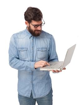 Концентрированный подросток со своим ноутбуком
